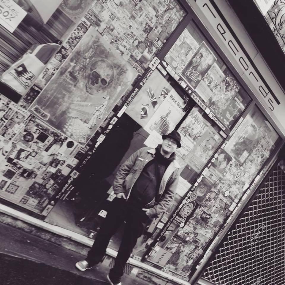 Dans la rue, devant l'entrée du shop de skeuds